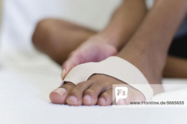Frauenfuß in Klammer für verletzte Zehen  niedriger Schnitt