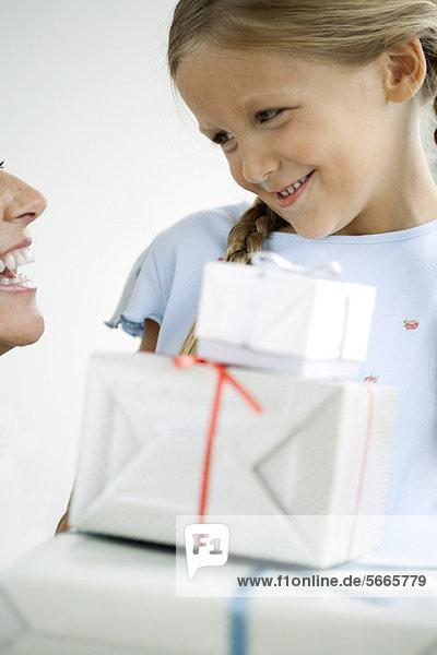 Mädchen gibt ihrer Mutter Geschenke