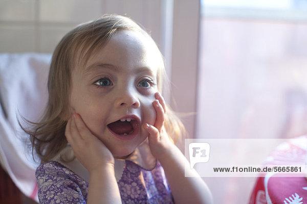 Kleinkind Mädchen mit offenem Mund überrascht