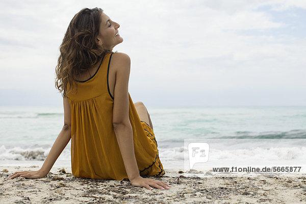 Junge Frau entspannt am Strand