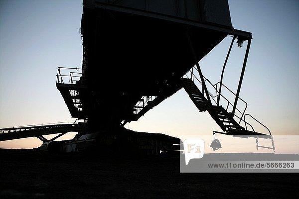 gebraucht  verbrennen  Energie  energiegeladen  Vereinigte Staaten von Amerika  USA  Versorgung  Elektrizität  Strom  Produktion  Entdeckung  Unterführung  glatt  Meter  Kohle  20  60  Ar  Bulgarien