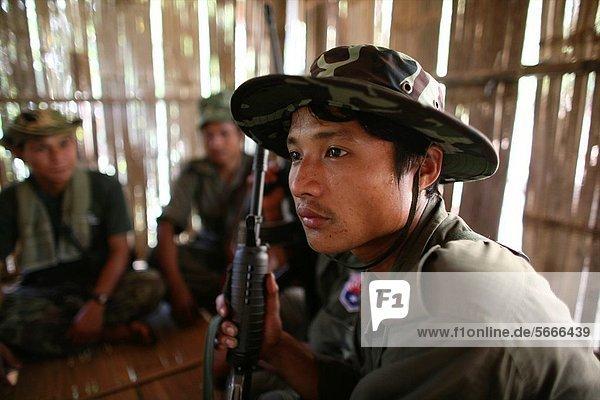 nahe sitzend Hütte Mensch Menschen Ergebnis Soldat Dorf Close-up jung Seitenansicht Siedlung Myanmar 200 Grenze