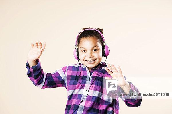 Mädchen mit Kopfhörern tanzt zur Musik