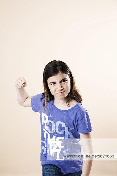 Aggressives Mädchen ballt ihre Faust