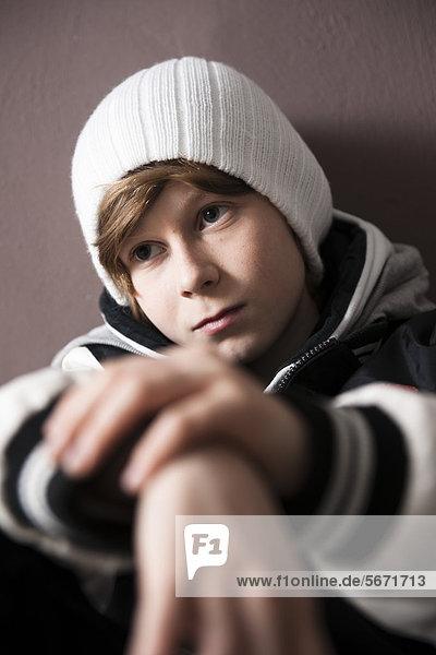Ernster Teenager mit Wollmütze