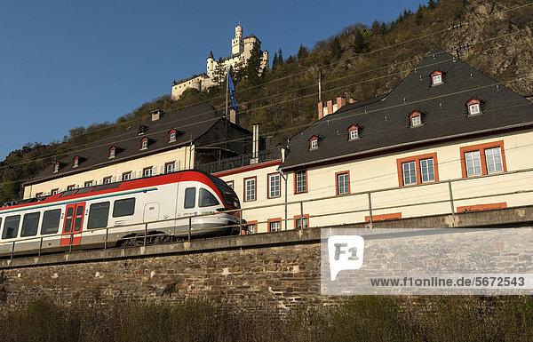 Nahverkehrszug fährt durch den Bahnhof von Braubach  Oberes Mittelrheintal  Weltkulturerbes der UNESCO  Rheinland-Pfalz  Deutschland  Europa