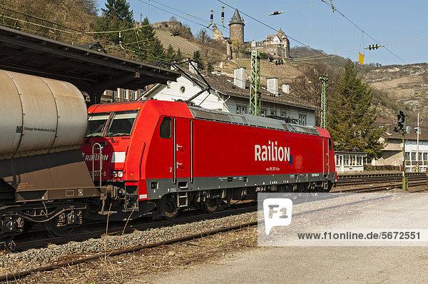 Railion-Güterzug fährt durch den Bahnhof von Bacharach  Oberes Mittelrheintal  UNESCO-Welterbe  Rheinland-Pfalz  Deutschland  Europa