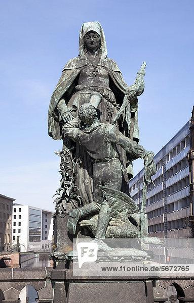 Statue der Heiligen Gertraude  Gertraudenbrücke  Berlin  Deutschland  Europa