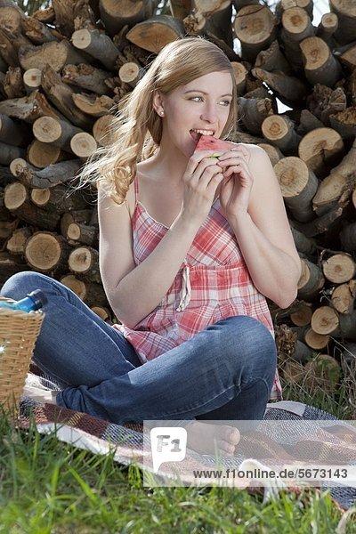 Frau isst Melone