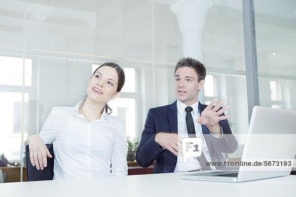 Geschäftsmann und Geschäftsfrau im Büro mit Laptop