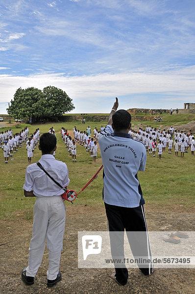 Sportunterricht  Jungen in Schuluniform  Galle  Sri Lanka  Ceylon  Asien  ÖffentlicherGrund