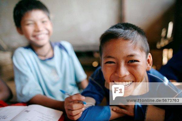 nahe Mensch lachen Menschen Junge - Person Ergebnis Dorf Schule (Einrichtung) Siedlung Myanmar 200 Grenze