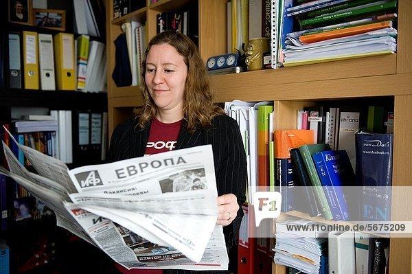 Fachleute  Bibliotheksgebäude  jung  Zeitung  vorlesen  russisch