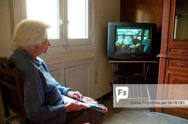 Frau sehen Fernsehen alt