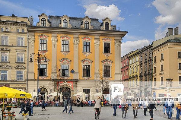 Historische Gebäude am Rynek GlÛwny  dem alten Marktplatz von 1257  Krakau  UNESCO Weltkulturerbe  Malopolska  Polen  Europa