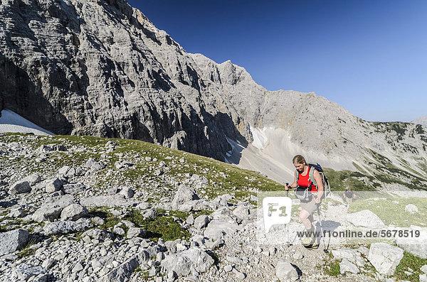 Wanderin  Frau Anfang 40  im Karwendelgebirge Tirol  Österreich  Europa