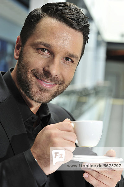 Junger Mann mit Tasse Kaffee