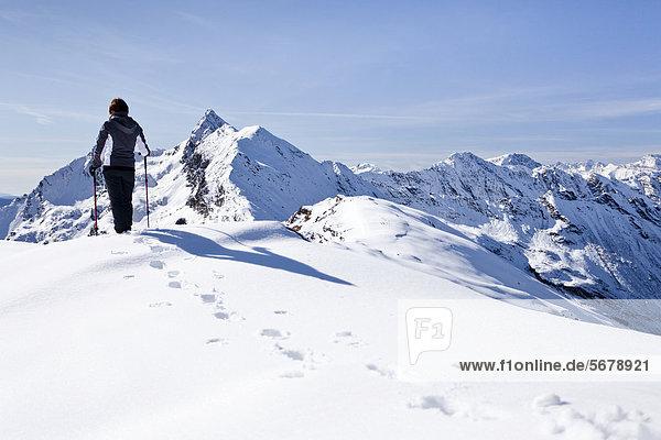 Wanderer auf der Röthenspitz oberhalb vom Penser Joch  hinten der Gipfel vom Penser Weißhorn  Sarntal  Südtirol  Italien  Europa