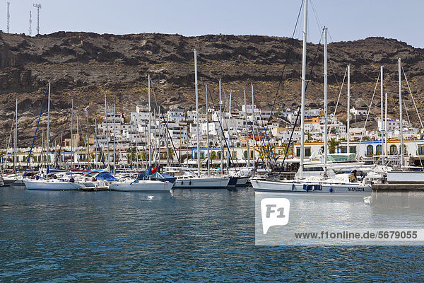 Segelboote im Hafen  Puerto Mogan  Gran Canaria  Kanarische Inseln  Spanien  Europa  ÖffentlicherGrund