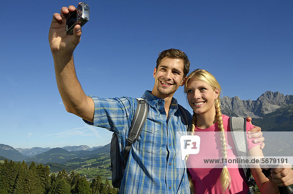 Wanderer machen Selbstporträt  Wilder Kaiser  Tirol  Österreich  Europa