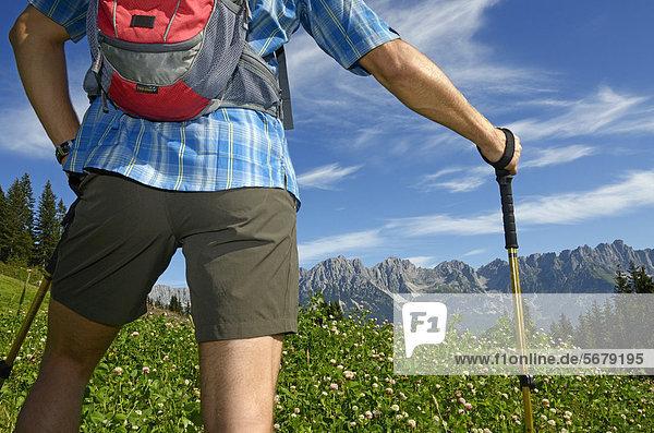 Wanderer am Hausberg  Hartkaiser  Blick auf Wilder Kaiser  Tirol  Österreich  Europa