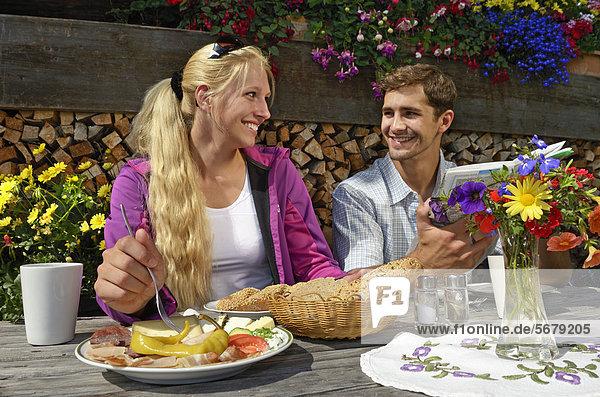Wanderer-Paar pausiert bei der Blinzalm  Hartkaiser  Blick auf Wilder Kaiser  Tirol  Österreich  Europa