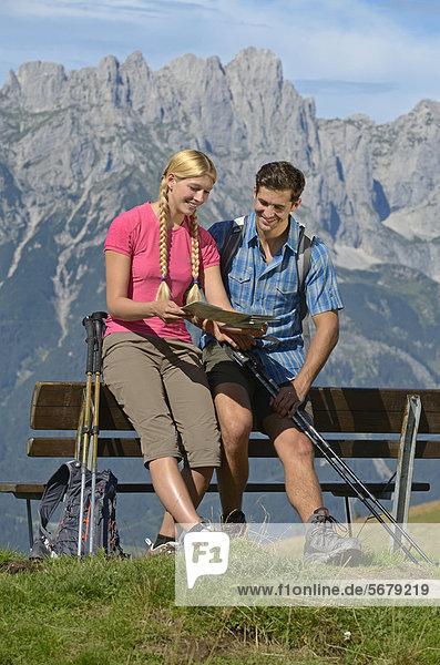 Wanderer an Bank auf dem Hartkaiser mit Blick auf Wilder Kaiser  Tirol  Österreich  Europa