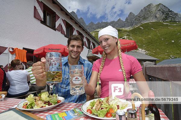 Wanderer-Paar macht Rast bei der Gruttenhütte  Ellmauer Halt  Wilder Kaiser  Tirol  Österreich  Europa