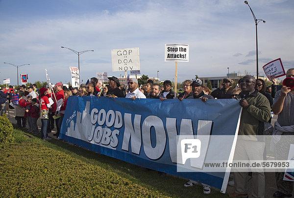 Gewerkschaftsmitglieder haben Streikposten bei einer Veranstaltung zur Spendenbeschaffung der Republikaner errichtet  die an der Veranstaltung teilnehmenden Gouverneure Scott Walker aus Wisconsin und Rick Snyder aus Michigan  sind wegen ihrer Anti-Gewerkschafts-Gesetze bei den Arbeitern unbeliebt  Walker steht zudem vor einer Abberufungswahl  Troy  Michigan  USA