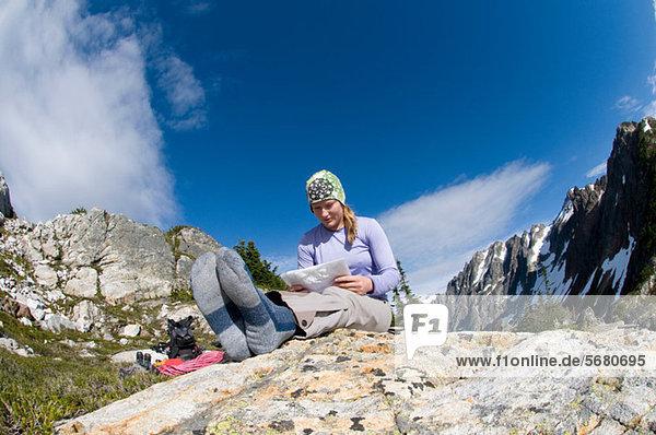 Frau liest Karte im Camp  Picket Pass  North Cascades National Park  Washington State  USA