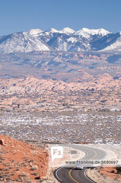 Auto auf der Autobahn in der Wüste  Arches National Park  Utah  USA