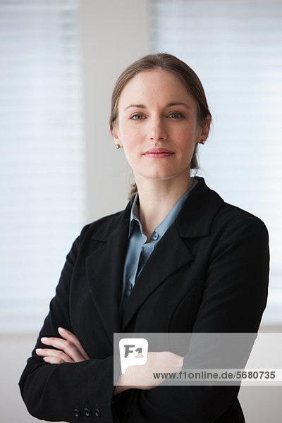 Porträt einer jungen Geschäftsfrau lächelnd  Studioaufnahme