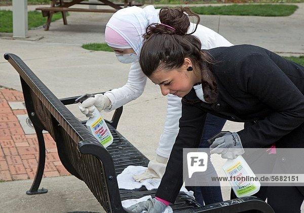 hoch  oben  sauber  Sitzbank  Bank  Spielplatz  Schule  Freiwilliger  Hochschule  Detroit  Michigan