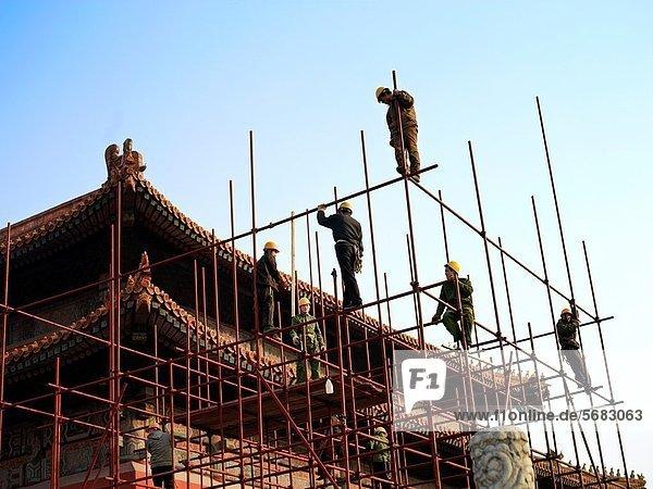 Dach  geben  arbeiten  Großstadt  Palast  Schloß  Schlösser  Gerüst  verboten  Renovierung  Peking  Hauptstadt  Klettern  China