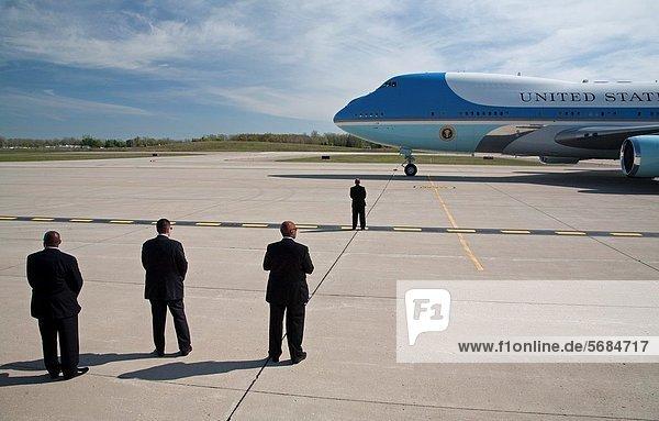 Herausforderung  ankommen  Flughafen  Himmel  Sicherheit  Personal  Präsident  Metro  1  Detroit  Michigan  Bewachung  Schiffswache