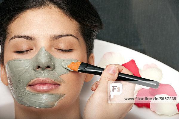 Frau mit im Bad aufgetragener Hautmaske Frau mit im Bad aufgetragener Hautmaske