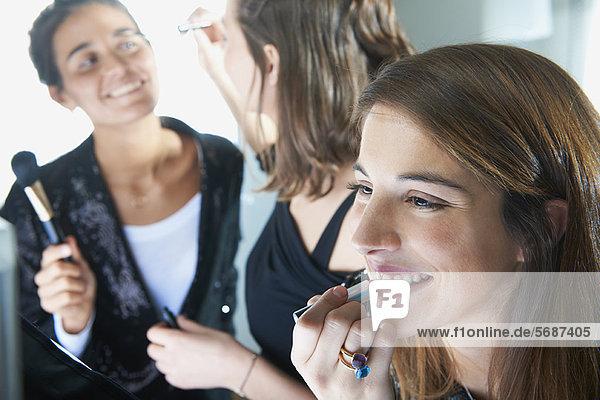 Frauen  die sich gemeinsam schminken