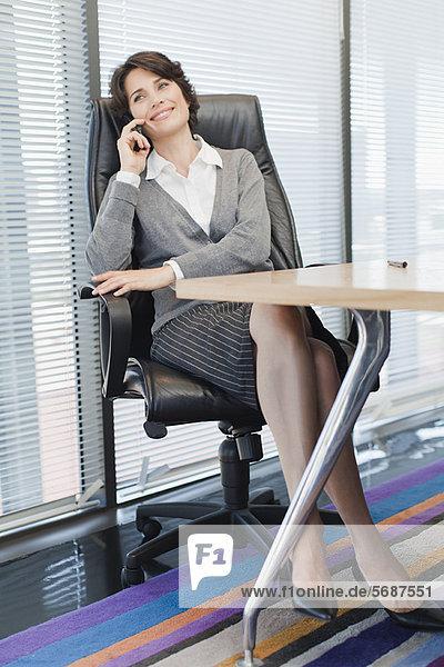 Geschäftsfrauen im Gespräch am Handy