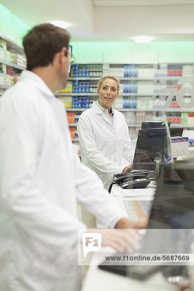 benutzen  Computer  Pharmazie  Tresen
