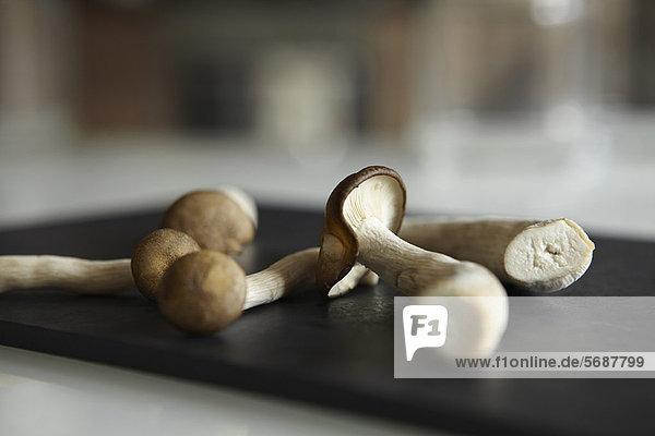 Nahaufnahme von Pilzen auf der Theke