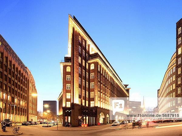 Beleuchtete Gebäude in Hamburg bei Nacht