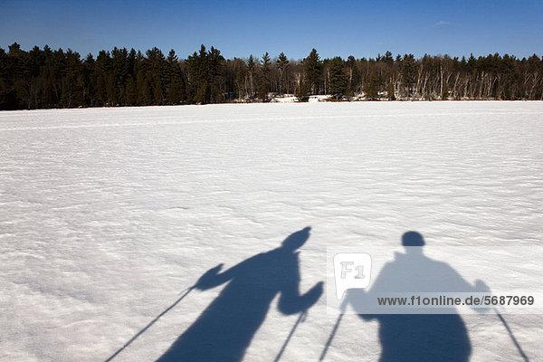 Langläufer auf schneebedecktem Feld