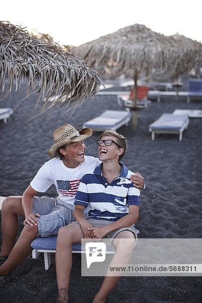 Zusammenhalt lachen Strand Bruder