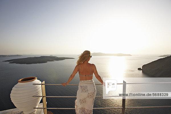 Frau Bewunderung Ozean Balkon Ansicht