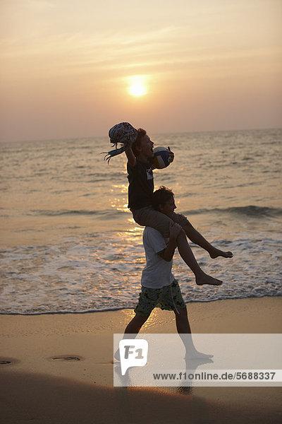 Mann mit Tochter auf den Schultern