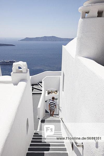 Außenaufnahme Junge - Person Treppenhaus klettern freie Natur