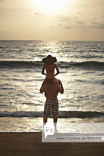 Mann mit Freundin auf den Schultern