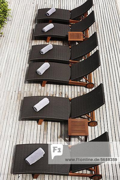 Luftaufnahme der Liegestühle an Deck