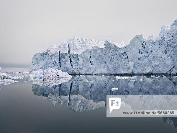 Gletscher reflektiert im stillen See