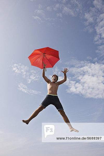 Teenager-Junge posiert in der Luft